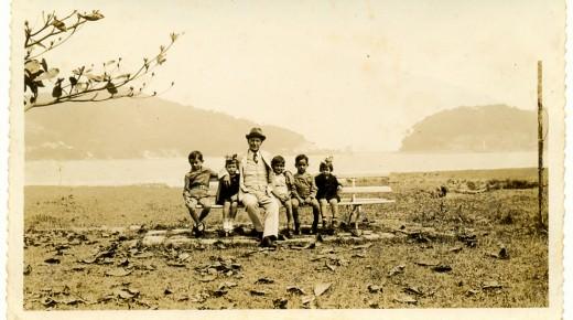 Com irmãos e avô paterno. Segundo da direita para a esquerda. Santos, 1939.