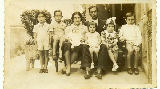Com irmãos e pais. Segundo da esquerda para a direita. 1938.